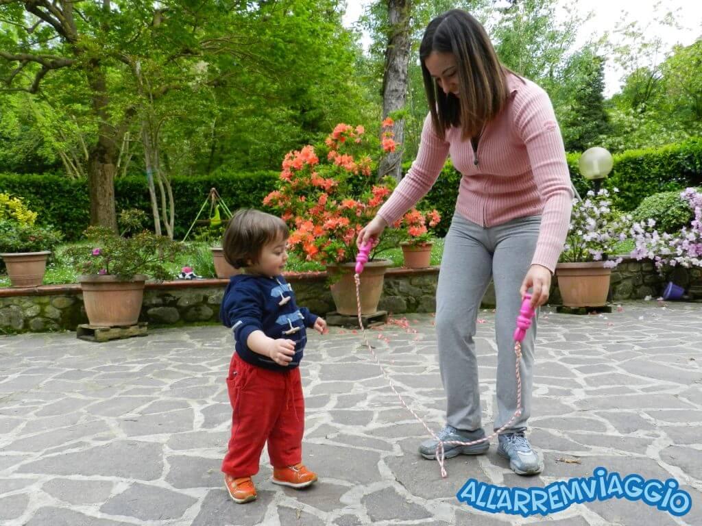 manuele gioca nel cortile dell'agriturismo