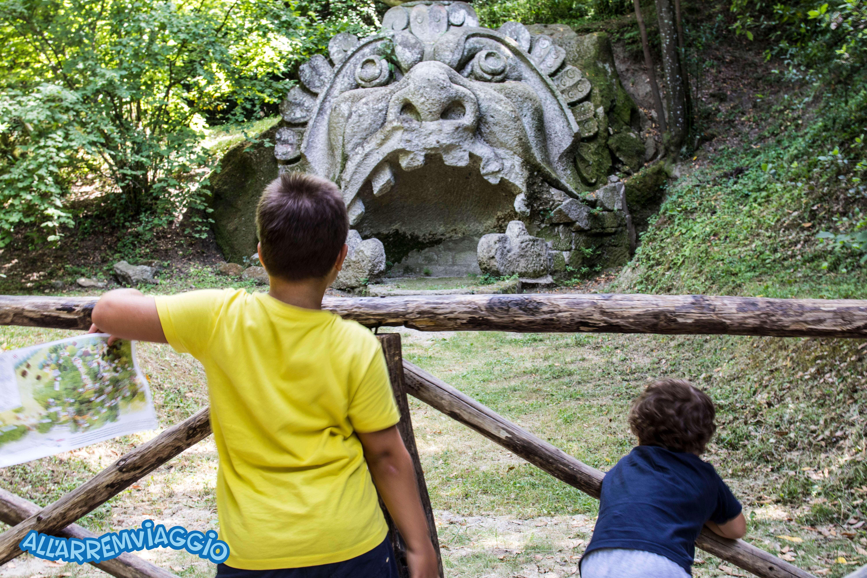 parco_dei_mostri_di_bomarzo_con_bambini