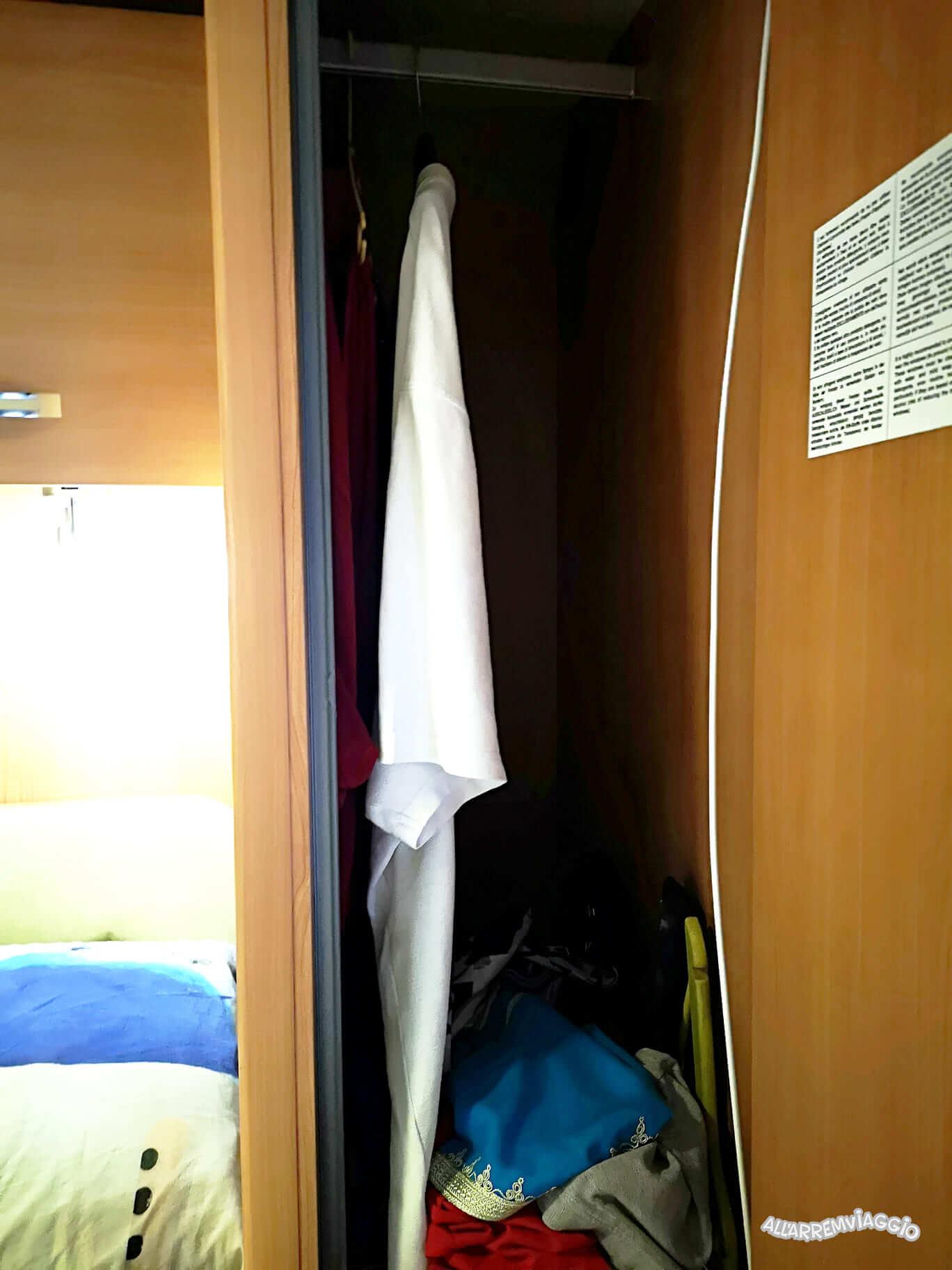sistemazione indumenti camper a noleggio