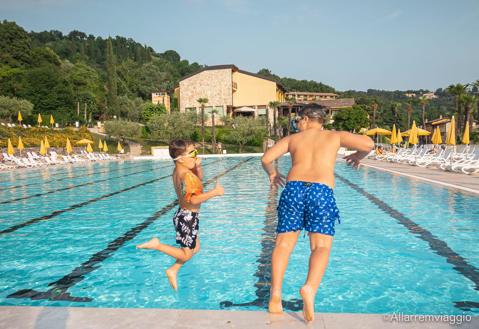 bambini piscina poiano garda resort