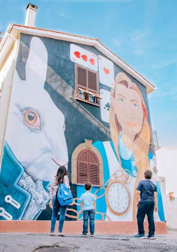 murales alice nel paese delle meraviglie