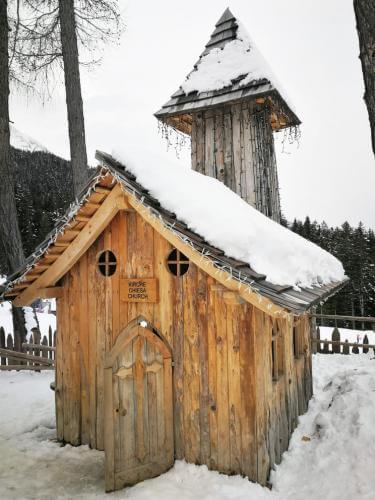 chiesa villaggio gnomi monte baranci