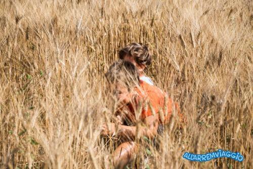 val_dorcia_con_i_bambini_campi_di grano
