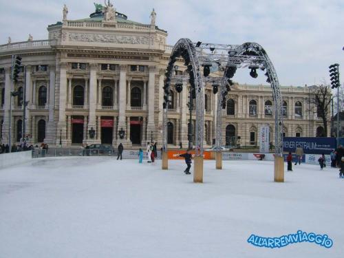 la pista di pattinaggio ai piedi del Rathaus